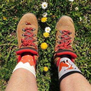 Lázár Gabriella lába rókás zokniban és túrabakancsban