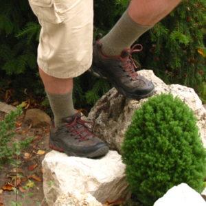 Mócsány Bertalan túracipős lába egy sziklán