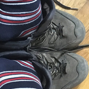 Hanák Gabriella csíkos zoknis lába