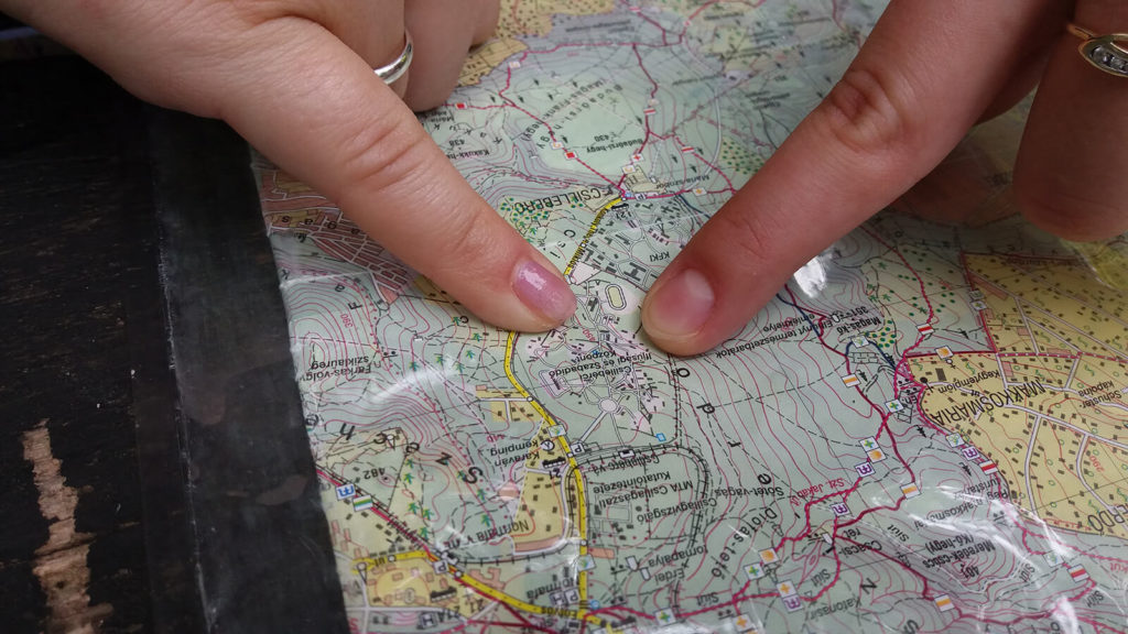 Ujjal mutatnak valamit egy térképen