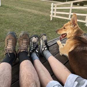 Zelenka Zoltán és Szedlák Krisztina lába egy kutyával